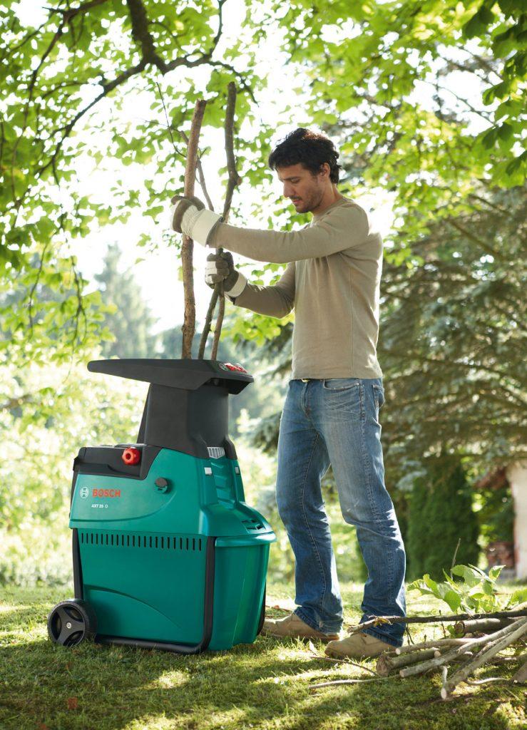 Перемалывание длинных веток с помощью садового измельчителя