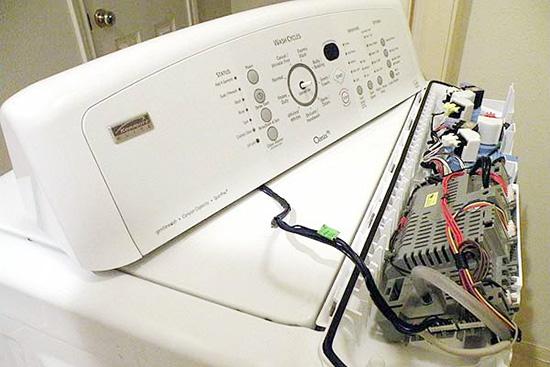 Почему в стиральной машине появляется вода в барабане после стирки, в выключенном состоянии